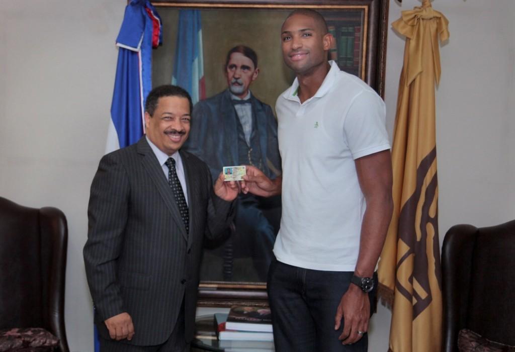 El presidente de la JCE, Roberto Rosario, entrega la cédula al NBA Al Horford. [Foto: JCE].