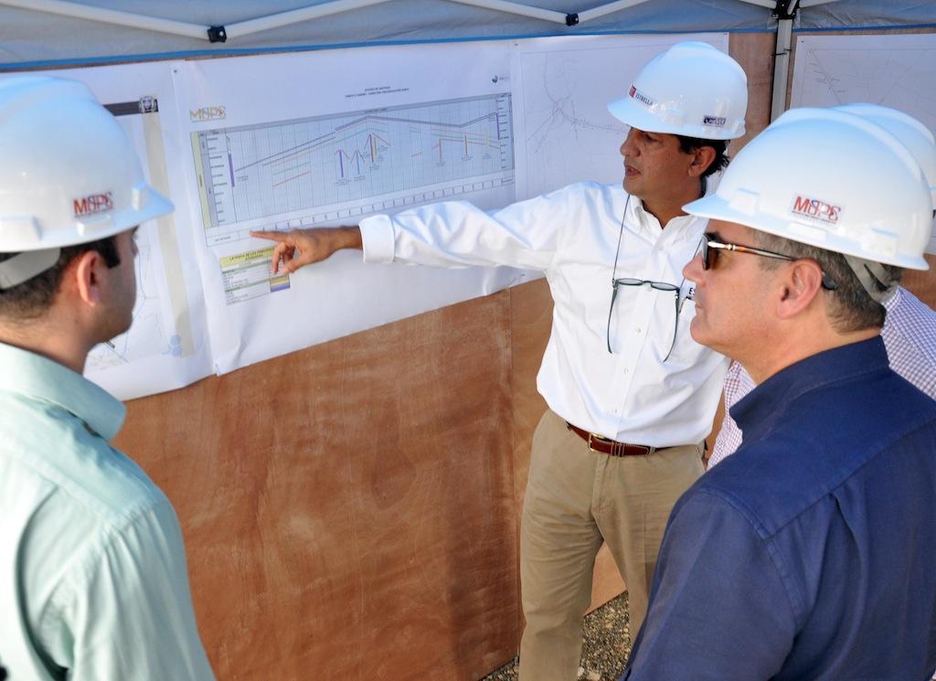 El ingeniero Manuel Estrella muestra los planos de la avenida, en compañía de Gonzalo Castillo, ministro de Obras Públicas.