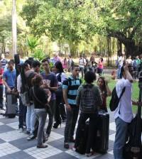 """Los estudiantes de música mientras realizan la fila para acreditarse al taller del programa  """"Berklee en Santo Domingo"""". [Crédito de imagen: MINC]."""