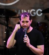 El humorista Carlos Sánchez vuelve a presentarse con éxito en el Hard Rock Café.