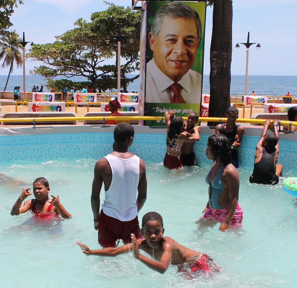 Jóvenes y niños disfrutan de la piscina instalada por Alcaldía del DN en Güibia. [Foto: ADN].