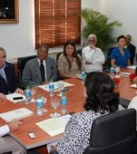 El Ministro de Cultura mientras conversaba con los representantes de la Fundación Amigos del Teatro Nacional y el Patronato en la mañana de hoy.