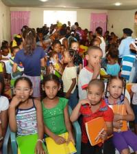 Cientos de niños recibieron de la DNCD útiles educativos para este año escolar.