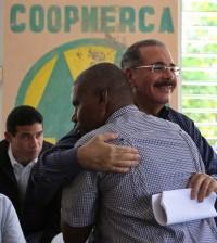 En Villa Altagracia: Danilo Medina apoya productores de café, de cacao y de conejos. | Luis Ruiz Tito/Presidencia.