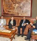 Roberto Salcedo, a la derecha, conversa con funcionarios de la OEA que le visitaron en sus oficinas.