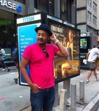 Wason Brazobán, en una pose inevitable en Nueva York. | Instagram/wasonbrazoban