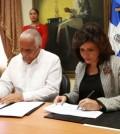 La vicepresidenta Margarita Cedeño de Fernández y el Ministro de Deportes Jaime David Fernández mientras firman el acuerdo.