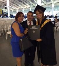 Mayuri Reyna acompañado de sus padres luego de recibir el título que la acredita como licenciada en Comunicación Social.