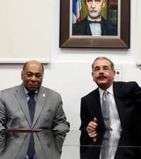 Presidente Danilo Medina Sánchez, durante visita de cortesía a la sede principal del Tribunal Constitucional de la República, donde fue recibido por el magistrado Milton Ray Guevara, y los 13 integrantes del pleno. | Presidencia