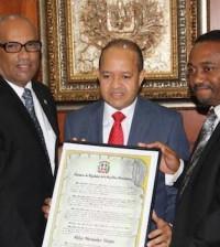 El secretario del Bufette Directivo de la Cámara de Diputados, José Luis Cosme Mercedes, y el diputado René Polanco, junto a Félix Hernández.