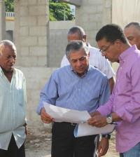 El alcalde Roberto Salcedo durante su visita a la construcción de la plaza.