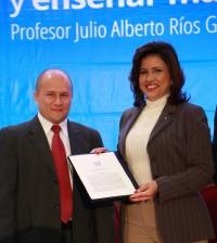 El profesor Alberto Ríos Gallego y Margarita Cedeño de Fernández, vicepresidenta de la República.