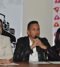 Al centro, Enrique Medina, ofrece detalles sobre su nuevo proyecto de comunicación.