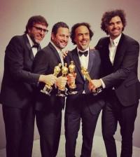 """Alejandro González Iñárritu, segundo desde la derecha, con el Oscar a mejor película por """"Birman""""."""