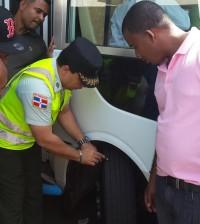 Agentes de Amet recorren distintas paradas de autobuses para inspecciones preventivas.