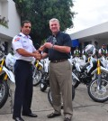 Gonzalo Castillo entrega las llaves de las motocicletas a Torres Robiuo, director del Cestur.