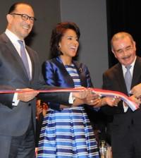 El ministro de Cultura, José Antonio Rodríguez, corta la cinta para dejar inaugurada la Feria del Libro 2015, junto a la primera dama Cándida Montilla de Medina y el presidente de la República, Danilo Medina.