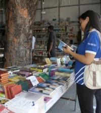 El público aprovecha las rebajas en los precios de los libros durante la feria.