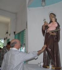 Hipólito Mejía visitó una iglesia en la comunidad de Guerra.
