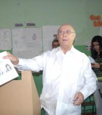 Hipólito Mejía vota en la convención del PRM.