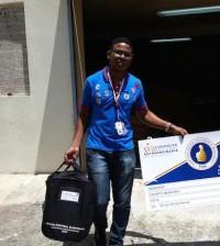 Personal de la comisión electoral distribuye los materiales para las votaciones en la convención del PRM.