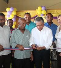 El alcalde del Distrito Nacional, Roberto Salcedo, corta la cinta en la entrega del local de la Asociación de Buhoneros del Distrito Nacional.