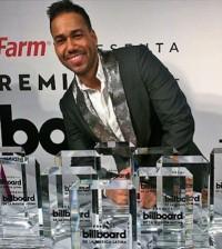 Romeo Santos posa junto a sus premios Billboard Latin.