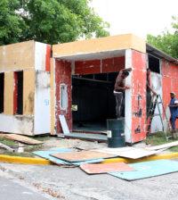 Trabajadores de Cultura trabajan en la construcción de los stands de la Feria del Libro 2016.